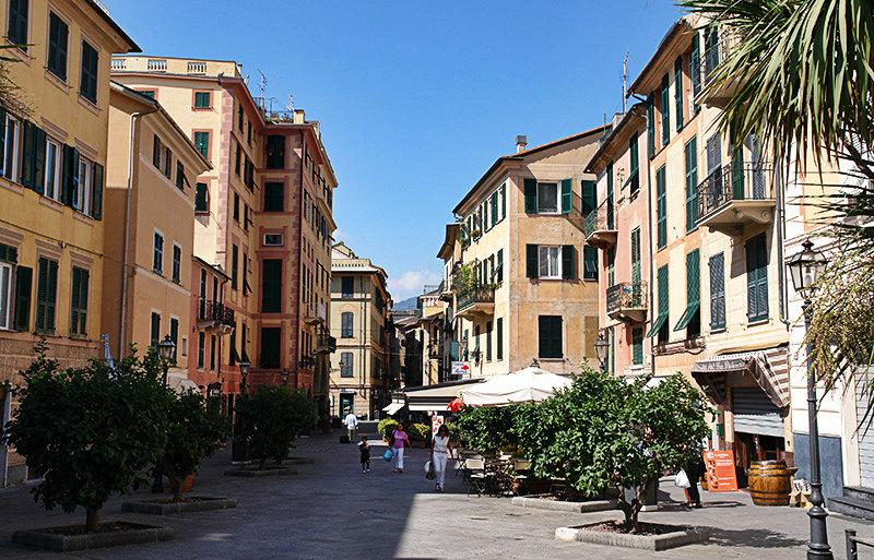 Een straat in Rapallo vol met cafes, restaurants en bars