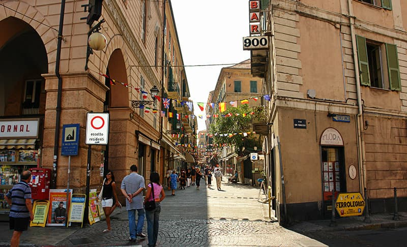 Een straat in Sanremo vol met cafes, restaurants en bars