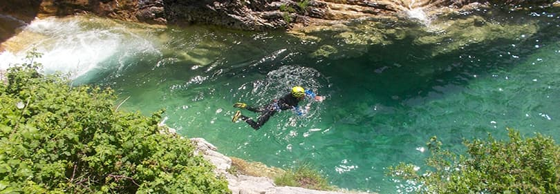 Een man is canyoning in Ligurië