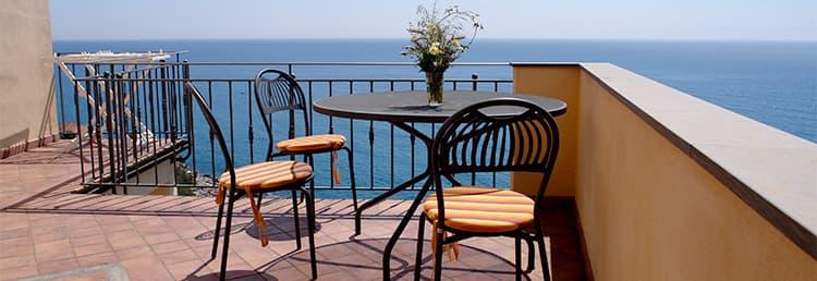 Vakantiehuis met uitzicht op de zee, in het midden van de steegjes van Cervo in Ligurië