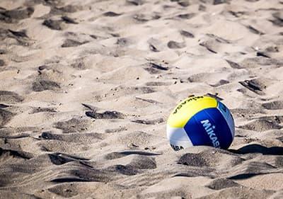 Geniet van strandvolleybal langs de Ligurische kust op een van de vele volleybalvelden