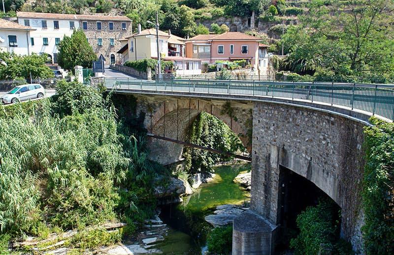 De brug van Dolcedo is een van de toeristische attracties