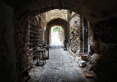 Middeleeuwse kunstenaars dorp Bussana Vecchia in Ligurië