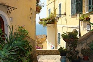 Uitzicht over een smal straatje in Ligurië