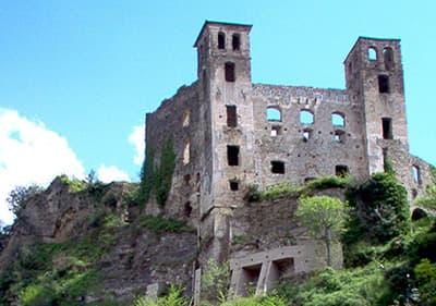 Het kasteel van Doria in Dolceacqua, die blijft op de top van de heuvel