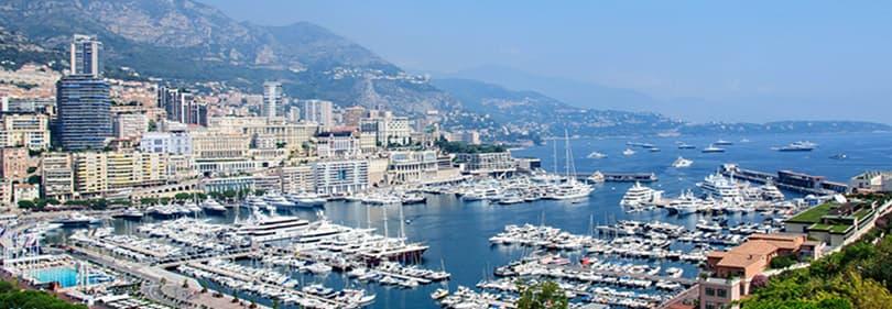 Blick auf den Hafen von Monaco mit seinen exklusiven Yachten