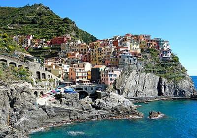 Een van de 5 dorpen van de Cinque Terre - Manarola, met kleurrijke huizen