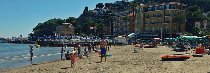 Zandstrand in Diano Marina, Ligurië