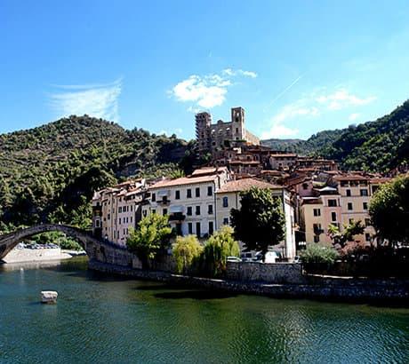 Uitzicht op Dolceacqua in Ligurië
