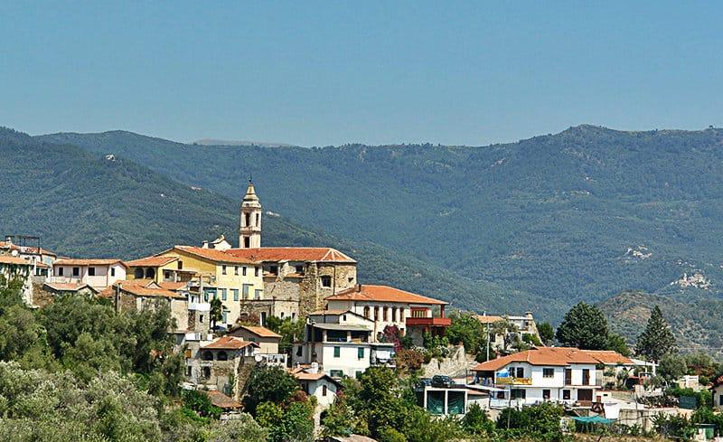 Het panoramische uitzicht van Dolcedo in Ligurië