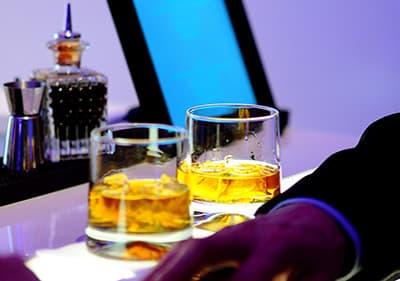 Twee glazen whisky in een nachtclub
