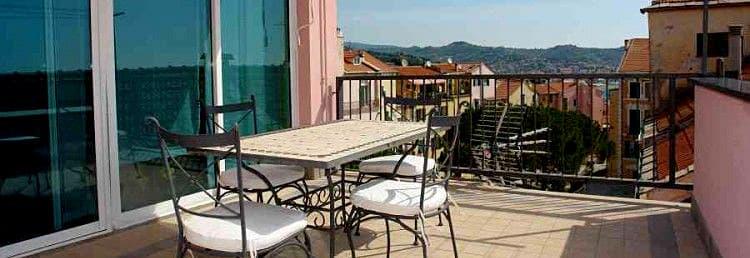 De Penthouse Splendore vakantiewoning in het midden van het oude centrum van Imperia in Ligurië