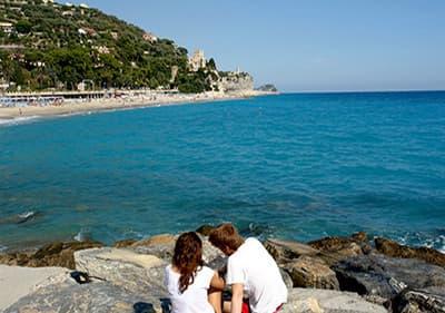 Breng uw vakantie door aan de kust in Ligurië, bij de zandstranden en de helderblauwe zee