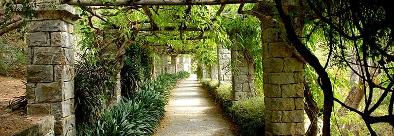 Een pad voor een mooie wandeling in Hanbury Gardens