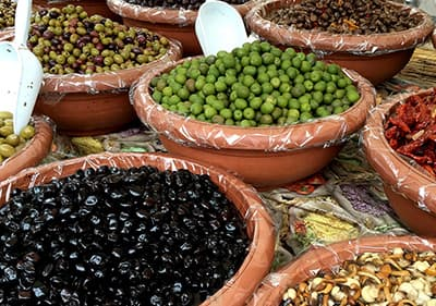 Verschillende soorten olijven op een markt in Ligurië