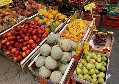 Verse groenten en fruit in een Ligurische markt