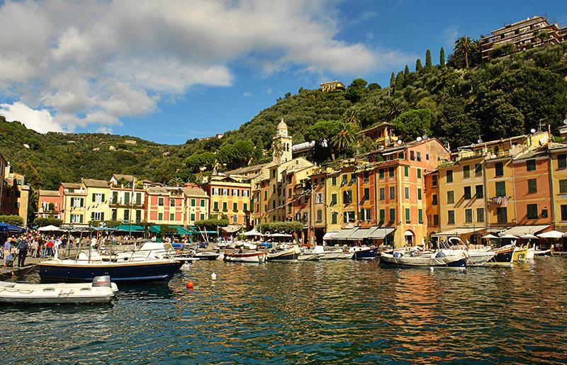 Een prachtig uitzicht op de huizen en de zee in Portofino
