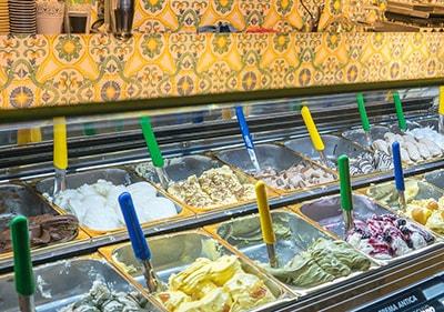 Grote verscheidenheid aan verse Italiaanse gelato in een gelateria in Ligurië