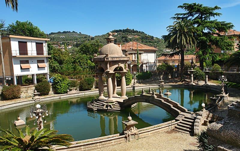 Een tuin met een fontein van Villa Grock, De clown museum in Imperia