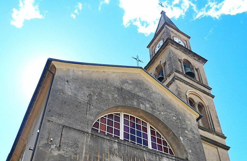 Een oude kerk in Recco