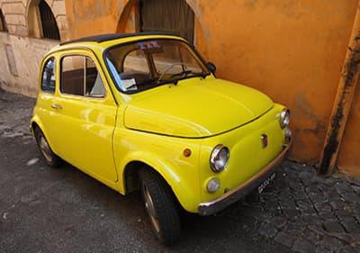 Een kleine auto Fiat in Ligurië