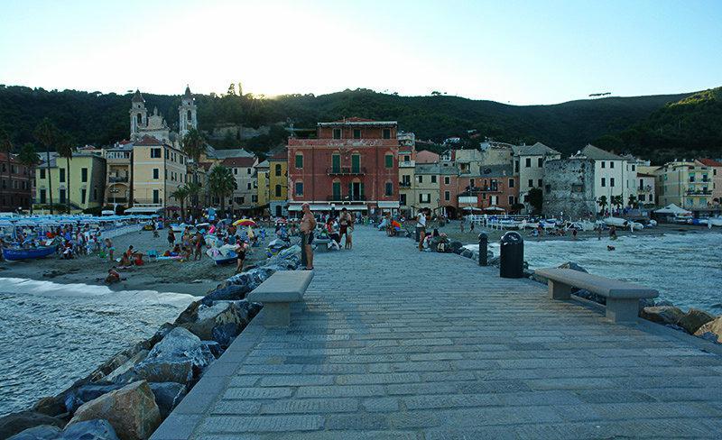 Een prachtig uitzicht op de huizen van Laigueglia