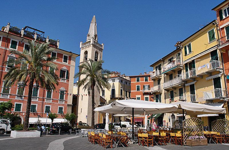 Het mooie centrum van Lerici in Ligurië met palmbomen