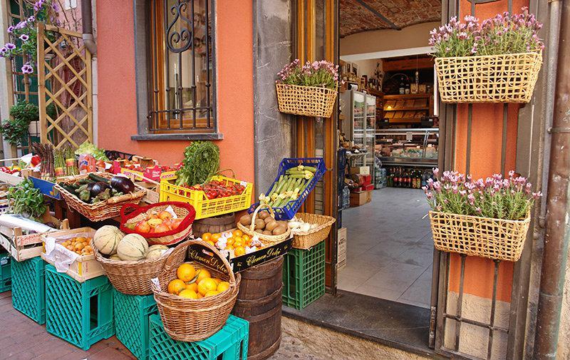 Een markt met verse groenten en fruit in Lerici
