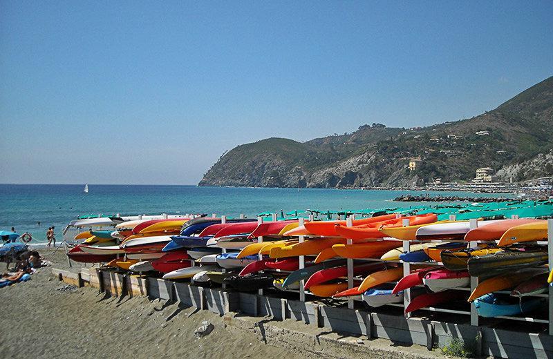 Weergave van kleurrijke kano's en de zee in Lerici