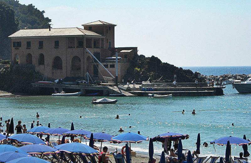 Een mening van een huis, zee en strand in Lerici