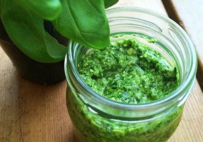 Pesto van verse basilikum in een glazen pot