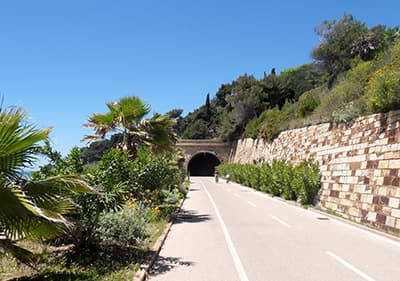 Een tunnel in de Pista Ciclabile fietspad
