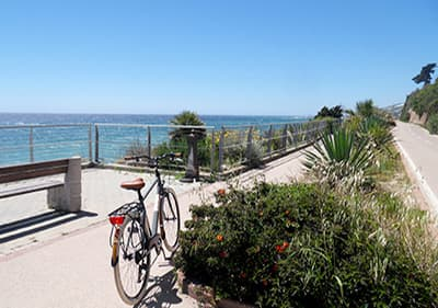 Fiets de Pista Ciclabile langs de Middellandse Zee van San Lorenzo al Mare tot Ospedaletti
