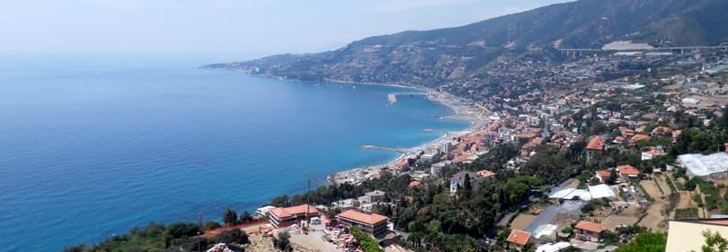 Surfen op de kust van Sanremo in Liguria