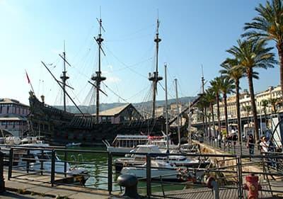 Groot piratenschip in de haven van Genua, Ligurië