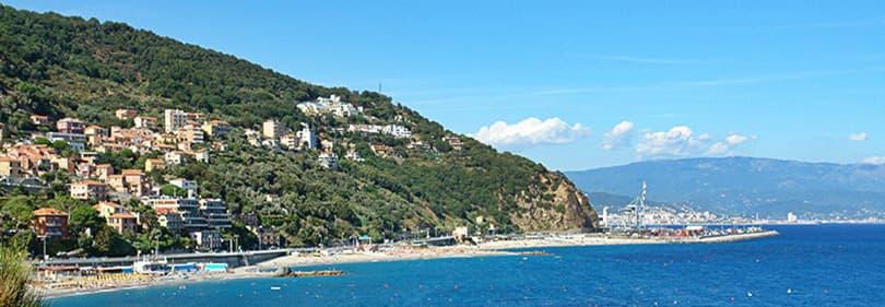 Uitzicht op Bergeggi in Ligurië, Italië