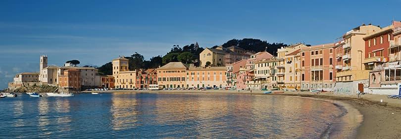 Zandstrand van Sestri Levante in de provincie Genua