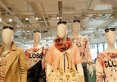 Trendy kleren in een Ligurische winkel