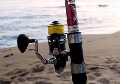 Een man is de visserij op de kust van Ligurië
