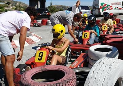 Go kart instructeurs bereiden drivers voor een go kart rijden