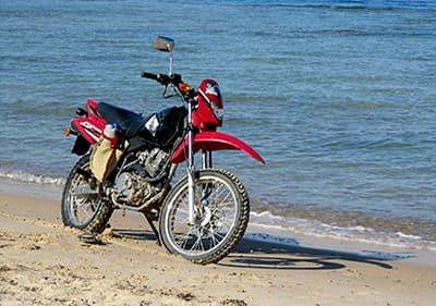 Motorbike naast de zee in Ligurië