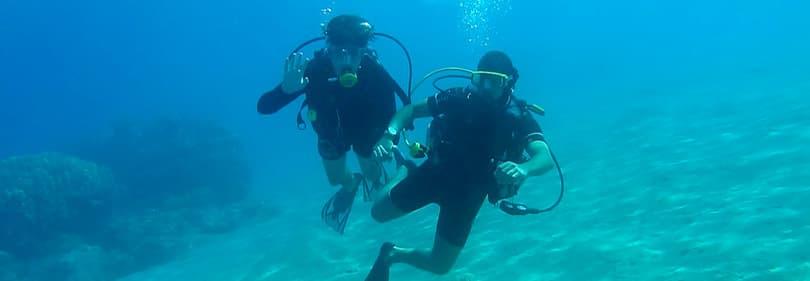 Mensen zwaaien uit onderwater in Ligurië