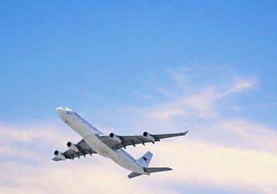 Een vliegtuig vliegt naar Ligurië