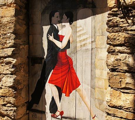Een mooi schilderij van een dansend paar op de deur in Valloria