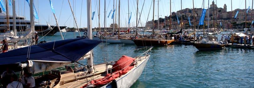Zeilboten in Porto Maurizio tijdens Vele d'Epoca