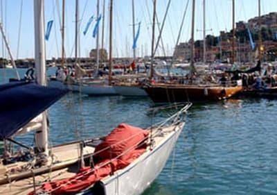 Zeilboten in Porto Maurizio haven voor Vele d'Epoca
