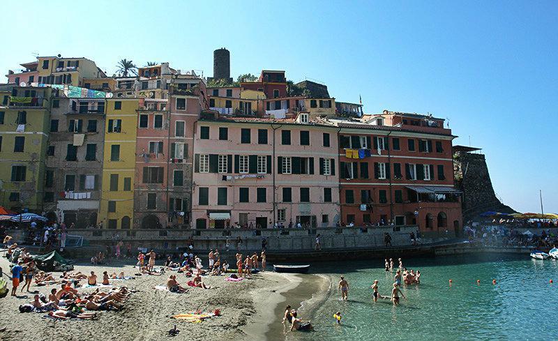 Kleurrijke huizen direct aan zee in Vernazza, Cinque Terre