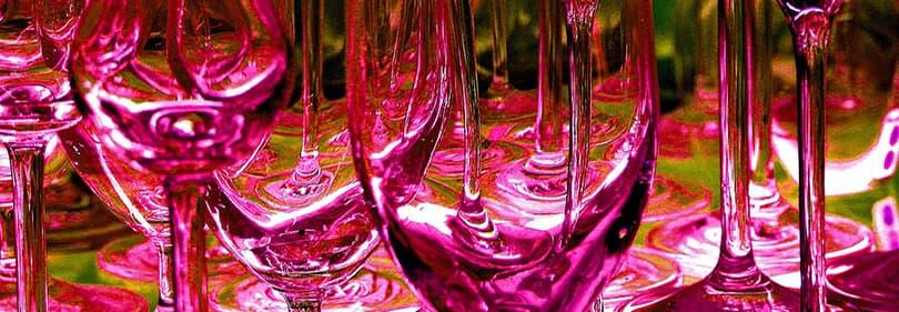 Weingläser in einem Nachtclub in Ligurien