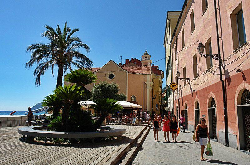 Mooie oude stad van Alassio in Ligurië met palmbomen