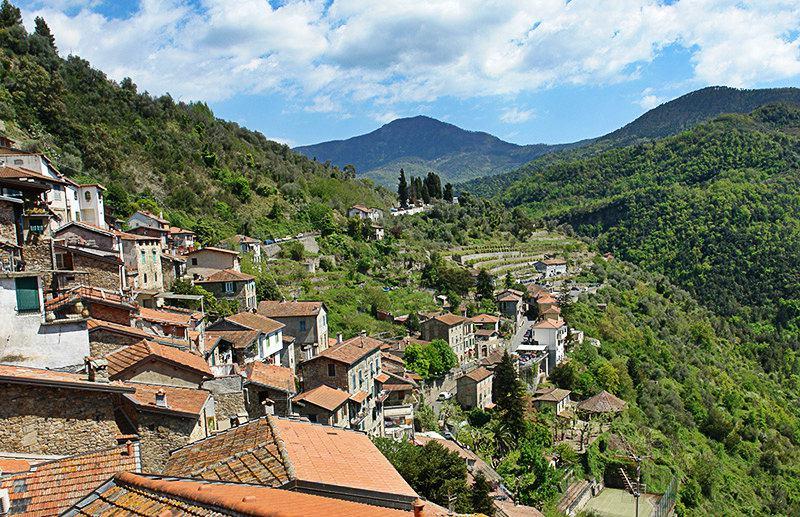 Panoramisch uitzicht van Apricale, Ligurië